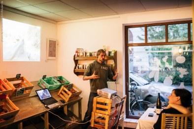 Christian erklärt die Oliven-Welt. photo by © sandrino donnhauser - Photographie & Bildgestaltung - Leipzig - sandrinodonnhauser.de