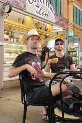 Hier seht ihr mich mit meinem Bruder bei einem Tässchen Cappuccino in der Markthalle von Livorno