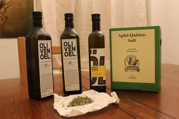 Das habe ich mitgenommen von der Spezialitätenbörse: Zwei Flaschen von Christians Olivenöl, eine Flasche von Patrice' Rapsöl, eine Packung Apfel-Quittensaft vom Hermanns Hof, eine Miniprobe von Christians wildem Oregano sowie zwei Stücke Rotschimmelkäse von der Hofmolkerei Bennewitz (letztere sind nicht auf dem Foto).