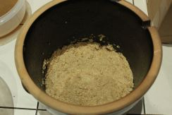Hier wird der Keramiktopf gerade gefüllt.