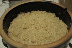 Nun ist die gesamte Paste aus Koji, Sojabohnen und Salz im Topf