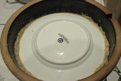 Der Teller schirmt die Fermentation gegen die Außenwelt ab.