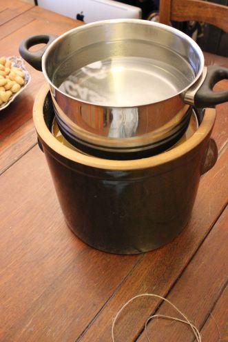 Der Topf mit dem Wasser dient als Gewicht, damit das Miso nicht überschäumt.