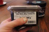 Das ist ein Miso, das mit Glutamat (E621) angereichert ist.