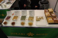 Das Hikaru-Miso vorne und dahinter verschiedene Saucen-Variationen mit Miso