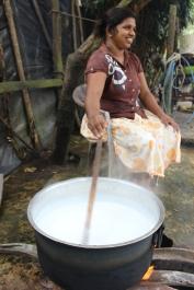 Die Büffelmilch wird eine Stunde lang über offenem Feuer gekocht