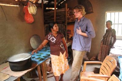 Die Chefin des Hauses in ihrer Küche zusammen mit Patrice