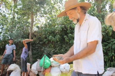 Eine wichtige Zutat ist Gesteinsmehl, welches den Kompost mit Mineralien anreichert
