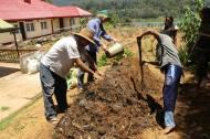 Patrice und Lawrence beim Kompostieren