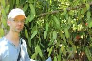 Hier seht ihr mich mit einer Vanille-Pflanze