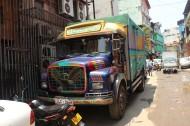 Die bunten Laster (lorries) sind ein MArkenzeichen der Sri Lankischen Logistik