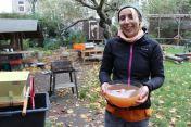 Anna-Maria freut sich über den Saft: trüb und Lecker