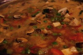Nahaufnahme des Pilz-Kürbis-Erbsen-Tofu-Eintopfes